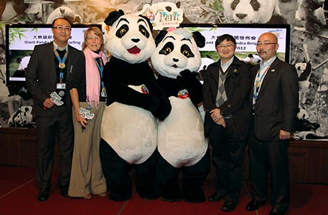Photo 8: Mr. Howard Chuk, Terrestrial Life Sciences Senior Curator, Ms. Suzanne Gendron, Executive Director, Zoological Operations and Education, Ocean Park mascots Le Le and Ying Ying, Dr. Wang Chengdong, Director of Veterinary Service of the China Conservation and Research Centre for the Giant Panda in Wolong, and Mr. Timothy Ng, Zoological Operations and Education Director