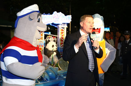 Photo 1: Ocean Park's Chief Executive Tom Mehrmann posed for a photo with mascot Whiskers at the launching ceremony last night