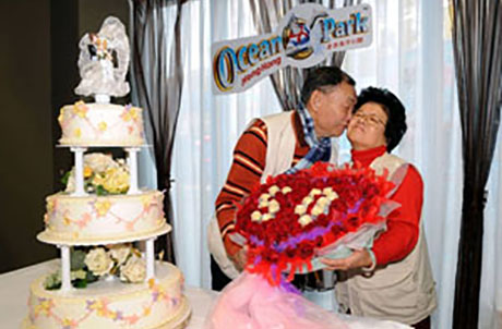 Picture here shows Ocean Park extending their warmest wishes for Mr. & Mrs. Choy by presenting a bunch of beautiful flowers.