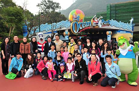 Photo 1: Ocean Park's Executive Director of Sales and Marketing Paul Pei (Top row, 6th to the left) and Sales Director Rosalind Siu (3rd to the left) welcomed the Beijing Aquarium delegation at the Park's Main Entrance. The group received a roaring welcome from Ocean Park and were handed unique souvenirs to take home. Here, they are seen posing with Ocean Park mascots Whiskers and Later Gator.