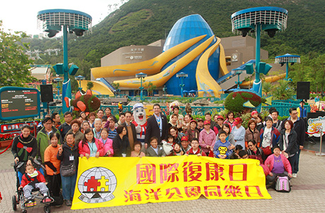 Photo 1: Mr. Todd Hougland, Executive Director for Operations and Entertainment of Ocean Park, Chairperson of Hong Kong Joint Council for People with Disabilities Cheung Kin Fai, and Ocean Park mascot Whiskers pose for a group photo with some fellow guests of IDDP