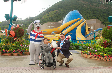 Photo 2-3: Mr. Todd Hougland, Executive Director for Operations and Entertainment of Ocean Park, and Chairperson of Hong Kong Joint Council for People with Disabilities Cheung Kin Fai exchange souvenirs