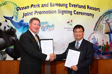 Tom Mehrmann, Chief Executive of Ocean Park Hong Kong and Byeong-hak (Andy) Cho, Executive Vice President. GM, Resort Business of Samsung Everland Resort pose for a photo at the official signing ceremony