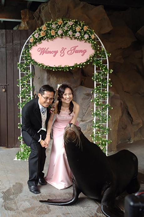 余伟彤先生和欧咏诗小姐乃第一对新人于太平洋海岸举行婚礼