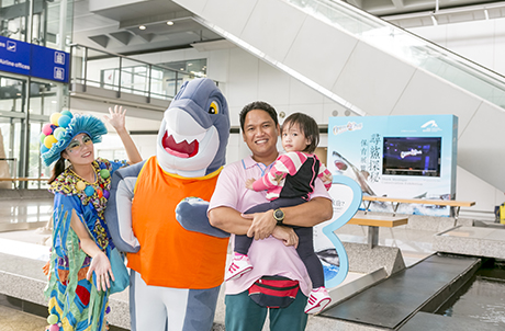 圖一及二: 海洋公園的吉祥物占士鯊會由即日起至11月22日期間,逢星期六於展覽區與公眾見面及拍照。