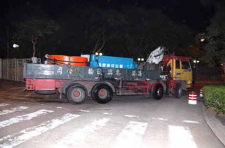 Photo 2: The two Chinese sturgeons were sent by land to the Yangtze River Fisheries Research Institute of the Chinese Academy of Fisheries Sciences in Xiamen at 7 pm, 9 January 2009.