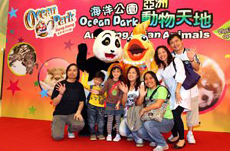 Photo 3: Le Le and Goldie enjoying a photo with spectators