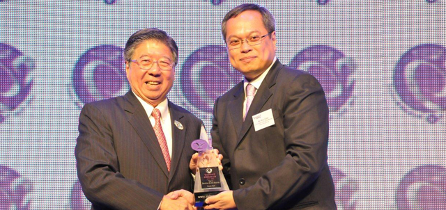 On behalf of Ocean Park, Paul Pei, Executive Director of Sales and Marketing received the award from Rico Chan, Vice President and General Manager Yahoo! Hong Kong.