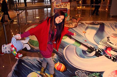 圖片二:江若琳在「巨幻3D立體圖」的登山纜車上,示範踏上鋼纜