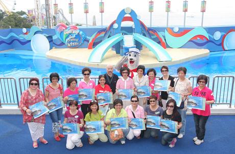 附圖:海洋公園動物及教育總監、香港海洋公園保育基金副總監吳守堅(後排左六)與南區婦女會代表,手持 《海鮮選擇指引》進行大合照,象徵一同努力推動海洋保育