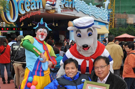 Photo 2: Chairperson of Hong Kong Joint Council for People with Disabilities Cheung Kin Fai exchanged souvenirs with Ocean Park Executive Director, Design & Planning Alex Chu