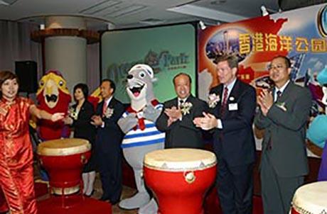 廣州市旅游局局長李文耀先生(右三)、香港海洋公園行政總裁苗樂文先生(右二)及廣東省旅游局副處長陳瑞東先生(右一)爲香港海洋公園廣州代表處主持揭幕儀式。