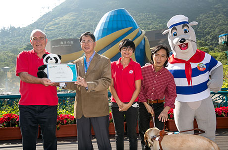 Photo 2: Mr Brian Ho, Executive Director of Human Resources of Ocean Park, presents souvenir to Mr. Brian Francis, the Director of Business Development & Training of The Hong Kong Guide Dogs Association souvenir