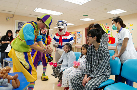 Patients at the Paediatric Ward of Queen Mary Hospital greatly enjoy magic performances by clowns from Ocean Park