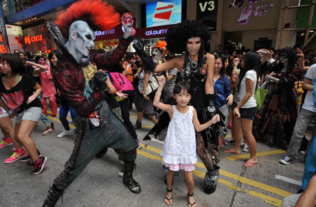 (Photo 3) Halloween Bash Cake Shop will remain in this world for 77 hours only. Ocean Park's Executive Director of Sales & Marketing, Paul Pei (Back row, 4th to the left) and Ocean Park's Events & Entertainment Director, Todd Hougland (Back row, 6th to the left, appeared as Grandpa and King of Hell to unveil the shop.