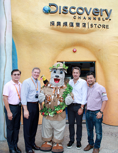 Mr. Nicolas Bonard, SVP of Discovery Consumer Products (2nd from right), Mr. Ivan Chan, President of PPW (1st from right), Mr. Tom Mehrmann, Chief Executive of Ocean Park (2nd from left), Mr. Joseph Leung, Executive Director, Revenue of Ocean Park (1st from left), and Ocean Park's mascot Whiskers (centre) unveiled today Asia Pacific's first Discovery Channel Store at Ocean Park.