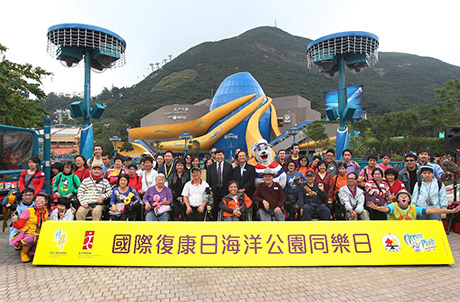 Photos 1 & 2: Ocean Park Deputy Chief Executive Matthias Li, Chairperson of Hong Kong Joint Council for People with Disabilities Cheung Kin Fai, China Foundation for Disabled Persons Deputy Secretary-General Shen Weijun, and Ocean Park mascot Whiskers pose for a group photo with fellow guests of IDDP