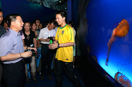 Photo 2:  the group of Chinese astronauts and their families visited Sea Jelly Spectacular
