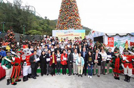Participants from the community also gathered for a group photo under the 40-ft. Christmas tree with Ocean Park mascot Whiskers and Mr Mehrmann (Photo 2, 7th to the right).