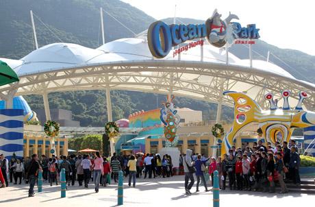 Photo 2: Crowds queuing up Ocean Park's main entrance, Ocean Square