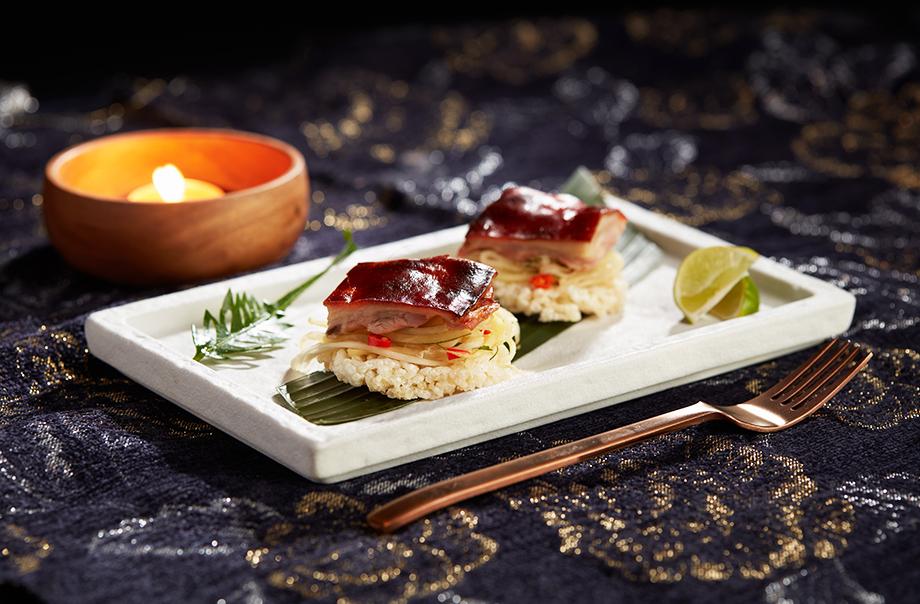 烧西班牙乳猪配青芒沙律配脆米饼