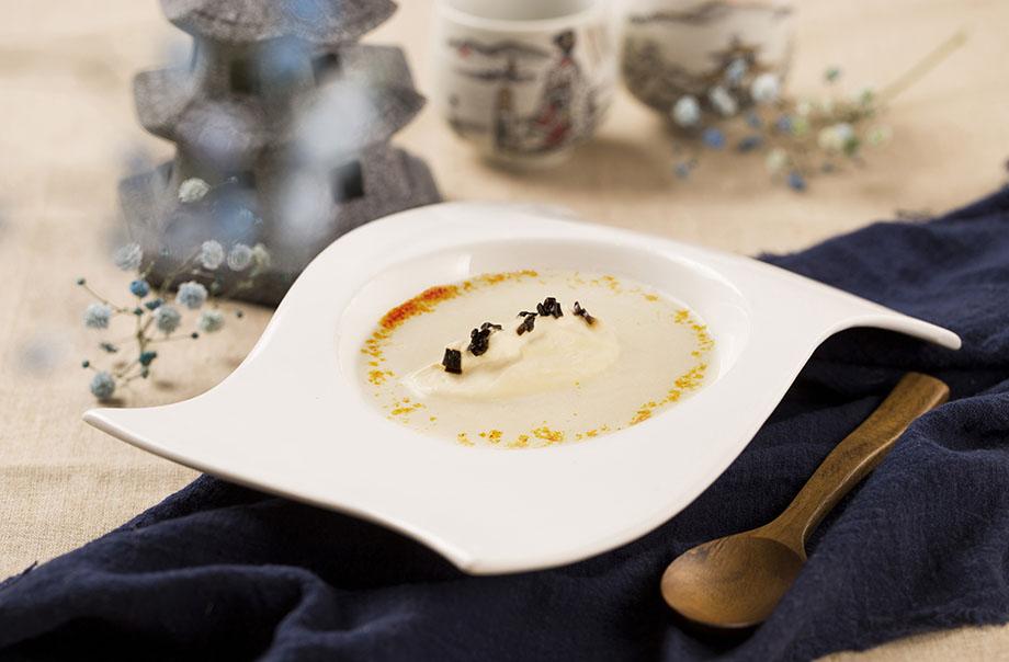 남작 감자 크림 수프와 검은 마늘