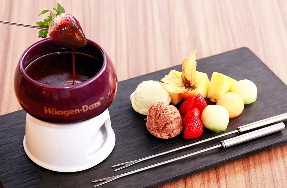 Chocolate Fondue Served with Häagen-Dazs™ Ice cream Pearl and Fresh Fruits